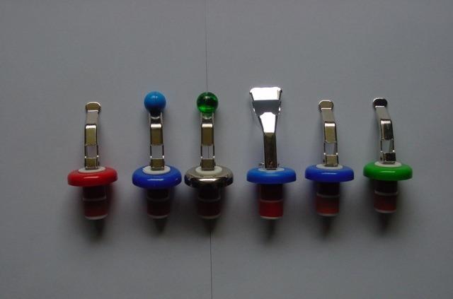uzávěr lahví s otvíračem a kuličkou.
